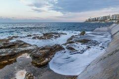 Wellen auf dem Wellenbrecher stockbilder