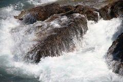 Wellen auf den Felsen Stockfotografie