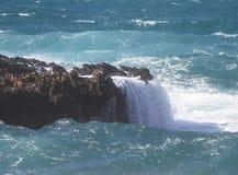 Wellen auf den Felsen Lizenzfreies Stockbild