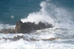 Wellen auf den Felsen Stockfoto