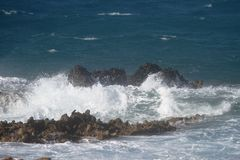 Wellen auf den Felsen Stockbilder