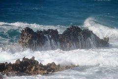 Wellen auf den Felsen Lizenzfreie Stockfotografie