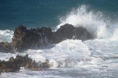 Wellen auf den Felsen Stockbild