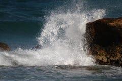 Wellen auf den Felsen Stockfotos