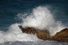 Wellen auf den Felsen Lizenzfreie Stockbilder