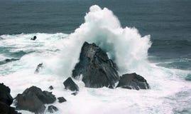 Wellen auf der Küste mit Kraft Lizenzfreies Stockfoto