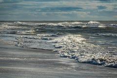 Wellen auf der Nordsee fahren auf die Insel Amrum, Deutschland die Küste entlang Stockfoto