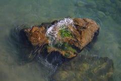 Wellen auf einem Felsen stockfoto