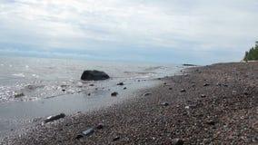 Wellen auf einer Küstenlinie stock footage