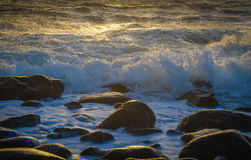 Wellen auf Felsen Stockbild