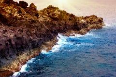 Wellen auf Lanzarote vulkanischer Küste Lizenzfreie Stockfotografie