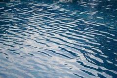 Wellen auf Oberfläche des blauen Wassers im Swimmingpool stockbild