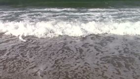 Wellen auf sandigem Strand stock video footage