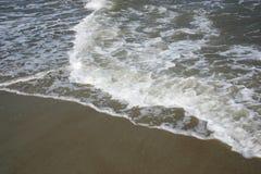 Wellen auf Strand Stockbild