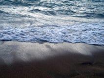 Wellen auf Strand lizenzfreie stockfotos