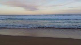 Wellen auf Strand-Meerblick-Sonnenuntergang-Ozean stock video