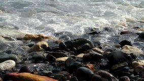 Wellen auf Strandfelsen stock video footage