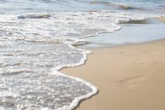 Wellen auf Ufer des weißen Sand-Strandes lizenzfreie stockfotografie