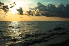 Wellen auf weißem Sandstrand Koh Chang Trat thailand Lizenzfreies Stockbild