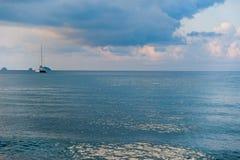 Wellen auf weißem Sandstrand Koh Chang Trat thailand Stockfotos