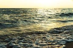 Wellen auf weißem Sandstrand Koh Chang Trat thailand Stockbilder