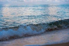 Wellen auf weißem Sandstrand Koh Chang Trat thailand Stockbild