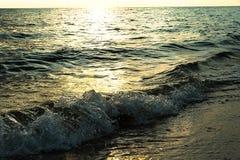 Wellen auf weißem Sandstrand Koh Chang Trat thailand Lizenzfreie Stockfotos