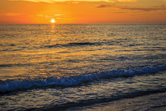 Wellen bei Sonnenuntergang Lizenzfreie Stockbilder