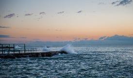 Wellen bei Sonnenuntergang Lizenzfreies Stockbild