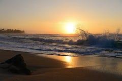 Wellen bei Sonnenuntergang Lizenzfreie Stockfotografie