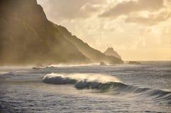 Wellen bei Sonnenuntergang, Fernando de Noronha, Pernambuco (Brasilien) Stockfotos
