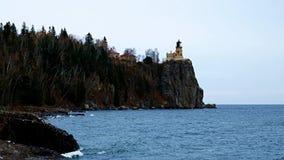 Wellen brechen auf Küstenlinie an aufgeteiltem Felsen-Leuchtturm auf dem Nordufer des Oberen Sees stock video footage