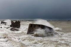 Wellen brechen gegen die Forts in einem stürmischen Meer ab Stockfoto