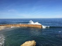 Wellen an der Bucht Stockbild