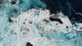 Wellen des Atlantik-Schlages gegen das felsige Ufer, den schwarzen vulkanischen Sand und die Strandansicht von oben Seebrandungst stock footage
