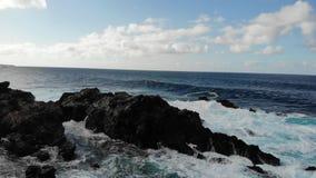 Wellen des Atlantik-Schlages gegen das felsige Ufer, Draufsicht Meer surfen große Wellen und spritzen vom Wasser auf dem Ufer Ten stock video