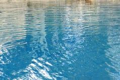 Wellen des blauen Wassers Stockfoto