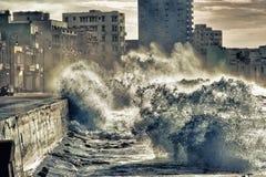 Wellen des malecon in Havana stockfoto