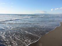 Wellen des Meeres auf dem Sandstrand im Winter Stärke dei marmi, Provinz von Lucca, Italien lizenzfreies stockbild
