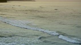 Wellen des Meeres rollen auf der steinigen Küste, Bali, Indonesien stock footage