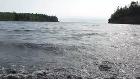 Wellen des Oberen Sees und Spalten-Felsen-Leuchtturm stock video