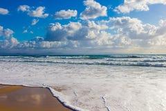 Wellen des Ozeans auf dem Sand setzen in Spanien auf den Strand Lizenzfreie Stockfotografie