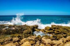 Wellen des Pazifischen Ozeans, der auf den Felsen auf der Küstenlinie von Ko Olina auf der Insel von Oahu zusammenstößt Lizenzfreie Stockfotos