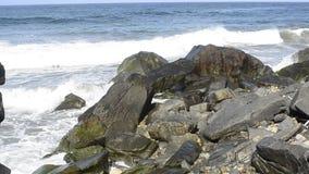 Wellen des Pazifischen Ozeans spritzen auf Felsen Baja California Sur, Mexiko stock video