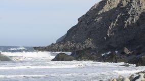 Wellen des Pazifischen Ozeans spritzen auf Felsen Baja California Sur, Mexiko stock video footage