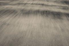 Wellen des Sandes auf einem Strand, der die weichen und empfindlichen Beschaffenheiten schafft stockfoto
