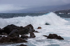 Wellen, die über Felsen brechen Stockfotografie