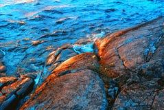 Wellen, die über Granit-Küste spritzen Lizenzfreies Stockbild