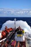 Wellen, die über Tanker brechen Lizenzfreie Stockfotos