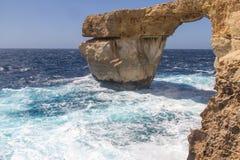 Wellen, die againt ein großer Felsen spritzen Lizenzfreies Stockbild